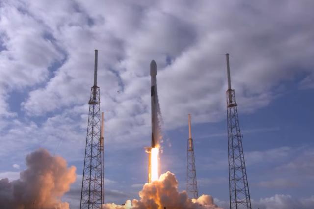 Nouveau record pour SpaceX, qui réussit la mise en orbite de 143 satellites en un lancement